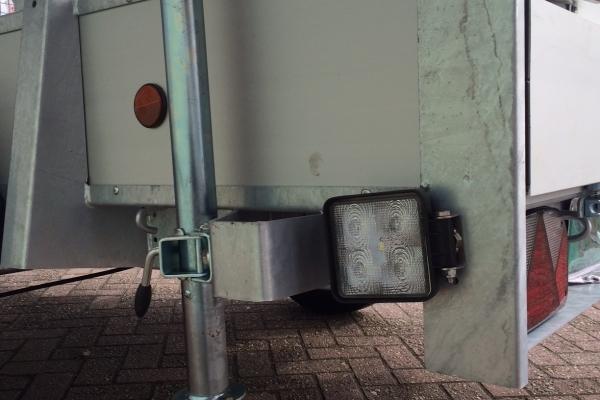 bakwagen met statiefpoot en draaibare werklamp nr 17.JPG